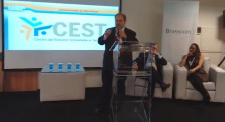 Spina discursa na abertura do evento do Guia TICs, tendo atrás de si Luciano Corsini, CEO da HP Enterprise, e Mariana Oliveira, diretora da Brasscom