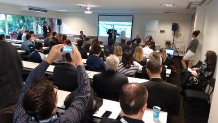 Plateia do evento de lançamento do Guia TICs da Brasscom assiste à palestra do Prof. Dr. Edison Spina, do CEST